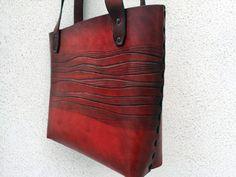 Kožená+kabelka....samá+vlnka...+Kabelka+z+červené+kůže,+vzor+je+zatřený+speciální+barvou+na+zvýraznění.+Boční+šev+je+šitý+černým+koženým+páskem,+celá+kabelka+je+stínovaná,+ručně+šitá.+Výška+24+cm,+šířka+28+cm,+šířka+dna+8+cm.+Originální+vzor+je+velmi+elegantní+a+hodí+se+jak+na+denní+nošení,+tak+na+večerní+příležitost.+Uvnitř+je+kapsa+na+klíče+a...