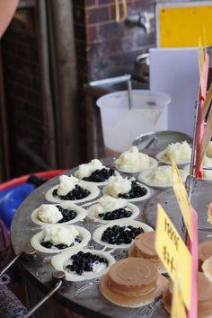 boba/ bubble milk wheel cake (filled waffle) | Taiwanese street food Cute Food, A Food, Yummy Food, Tasty, Chinese Street Food, Chinese Food, My Favorite Food, Favorite Recipes, Wheel Cake