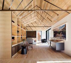 Helles Zimmer mit Bibliothek und Parkettboden