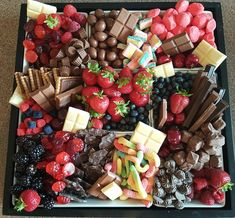 Berries and Sweets party tray. Chocolate, candy, and fresh berries. - Feste - Berries and Sweets party tray. Chocolate, candy, and fresh berries. Party Platters, Party Trays, Food Platters, Snacks Für Party, Cheese Platters, Appetizers For Party, Appetizer Recipes, Party Sweets, Party Buffet