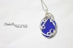 Etsy の Seaglass wire art Necklace cobalt blue by NaturalStyleJP
