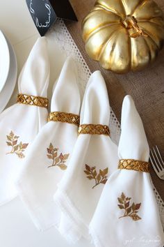 These easy DIY linen fringe napkins are perfect for the upcoming holiday season. Inspired by the colors of fall, these hand-embroidered napkins will give your next family gathering a sophisticated yet personal touch. Bee Embroidery, Machine Embroidery Projects, Embroidery Patterns, Sewing Tutorials, Sewing Projects, Personalized Napkins, Linen Napkins, Valentines Diy, Table Linens