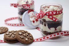 servi questa deliziosa cheesecake in barattolo senza cottura con i biscotti pan di stelle.