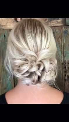 Es una trenza muy sencilla facil de realizar would you try this hairstyle for your wedding wedding hairstyles hair braids hair braids video hair videos Braided Bun Hairstyles, Short Hair Updo, Elegant Hairstyles, Girl Hairstyles, Curly Hair Styles, Indian Hairstyles, Hairstyles Videos, Popular Hairstyles, Pretty Hairstyles