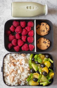 bento box lunch These Easy Vegan Lunch Box Ideas for Work will give you a ton of inspiration for meal prep. Perfect for adult bento boxes or school lunches as well! Easy Vegan Lunch, Healthy Vegan Snacks, Vegan Lunches, Healthy Meal Prep, Vegan Foods, Vegetarian Recipes, Healthy Recipes, Vegan Snacks On The Go, Vegetarian Lunch