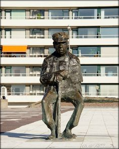Kees Verkade Man op bank beeld Fauvage boulevard te Zandvoort
