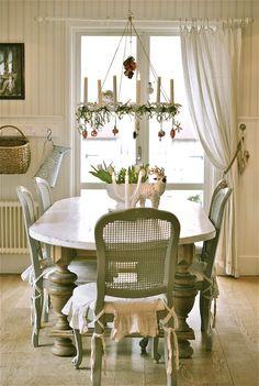 Мебель и предметы интерьера в цветах: светло-серый, белый, темно-зеленый, бежевый.