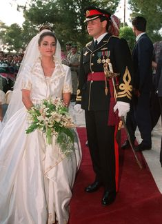 Twelve years after Diana and Charles, a now-Queen Rania was the perfect princess bride as she walked down the aisle toward King Abdullah at the Royal Palace in Amman on June Famous Wedding Dresses, Royal Wedding Gowns, Royal Weddings, Bridal Gowns, Reina Noor, The Princess Bride, Princess Eugenie, Jordan Royal Family, Mary Donaldson