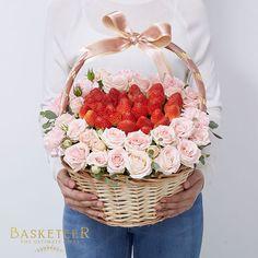 Wedding Packaging, Gift Packaging, Basket Flower Arrangements, Floral Arrangements, Rose Basket, Strawberry Decorations, Strawberry Fruit, Diwali Gifts, Fiorelli