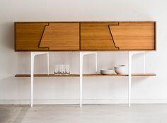 Het subtiele lijnenspel en de asymmetrie tekenen een groot en elegant meubelbuffet, dat verrast en verwelkomt.