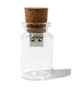 Door een heel klein beetje moeite te doen maak je van dit flesje een van de mooiste cadeaus die je maar kunt geven... Doe iemand deze kleine digitale 'message in a bottle' cadeau en zet op de USB-stick iets speciaals.