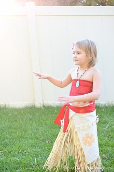 Create the perfect princess Halloween costume with this easy DIY Moana costume. This easy to make Halloween costume is perfect for your island princess. Moana Costume Diy, Moana Halloween Costume, Diy Costumes, Diy For Girls, Little Girls, Moana Party Decorations, Princess Costumes For Girls, Moana Outfits, Toddler Dance