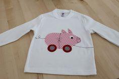 Liebevoll und aufwändig gestaltetes Langarmshirt aus reiner Baumwolle in weiß.  Mit rosa-rotem Schweinchen zum Hinterherziehen und Name auf der Rückse