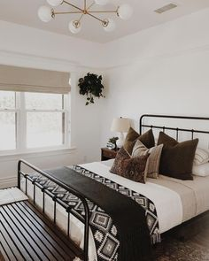 14 Fabulous Rustic Chic Bedroom Design and Decor Ideas to Make Your Space Special - The Trending House Black Iron Beds, Black Beds, Home Interior, Interior Design, Modern Interior, Stylish Bedroom, Modern Bedroom, Monochrome Bedroom, Bedroom Classic