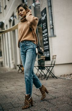 Fremdwahrnehmung | Fashion Blog from Germany. Camel knit sweater+straight cropped denim+leopard printed ankle boots+black and white printed chain shoulder bag. Winter Everyday Outfit 2017