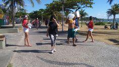 Panfletagem no calçadão na praça dos desejos, na Praia do Canto.
