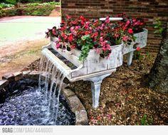 Transformação de um piano velho e sem uso em uma fonte