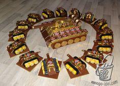 Дорогие друзья хочу показать вам очень интересный и оригинальный подарок из конфет. Этот маленький но очень симпатичный танк можно подарить на 23 февраля нашим сладкоежкам. Автором этого мастер …