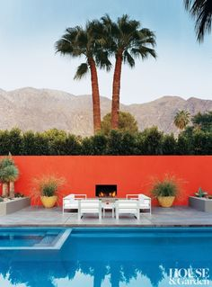 Having a pool sounds awesome especially if you are working with the best backyard pool landscaping ideas there is. How you design a proper backyard with a pool matters. Palm Springs Kalifornien, Murs Oranges, Pool House Interiors, Modern Backyard Design, Modern Design, Moderne Pools, Pool Landscaping, Backyard Pools, Landscaping Design