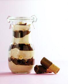 Alle, die ihren Joghurt gerne mit Schokolade verfeinern, sollten diesen Nougat-Knusperquark probieren.