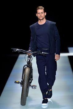 Armani Menswear em cortes leves e tom monocromático.