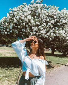 ♠️𝒥ℴ𝓃𝒶 𝒟♠️ poses ♠️𝒥ℴ𝓃𝒶 𝒟♠️ Photography Poses Women, Tumblr Photography, Portrait Photography, Nature Photography, Teenage Girl Photography, Photography Flowers, People Photography, Lifestyle Photography, Photography Ideas