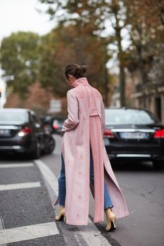 The best street style from Paris Fashion Week .- Der beste Street Style von der Paris Fashion Week The best street style from Paris Fashion Week - Best Street Style, Street Style Outfits, Looks Street Style, Spring Street Style, Cool Street Fashion, Looks Style, Looks Cool, Look Fashion, Korean Fashion