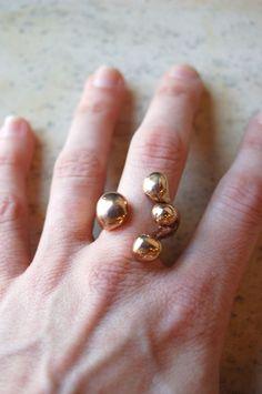 una build your own jewelry - what a great idea! Arrow Jewelry, Jewelry Art, Gold Jewelry, Jewelry Accessories, Jewelry Design, Fashion Jewelry, Jewelry Rings, Jewlery, Monica Castiglioni