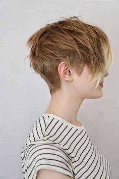 Corte pixie castaño claro - Corte de pelo pixie con flequillo largo hacia un lado, uno de los más atractivos.