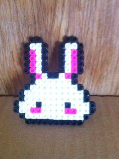 """Broche """"conejo"""" hecho a mano. Pyssla homemade!  https://www.etsy.com/es/shop/redesigning"""