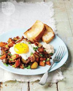 Bacon, potatoes, egg and bread