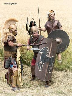 reconstitution de la légion des guerres de la République on vois ici un centurion, un Hastati ou un princeps, et un velite.
