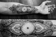 Photo noir et blanc tatouage géométrique