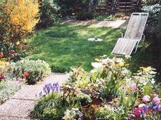 Idyllischer Garten mit bunten Blumen und Liegewiese in Stuttgart Sillenbuch
