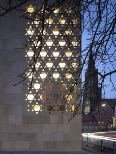 Just last weekend, Kister Scheithauer Gross architects and urban planners (ksg) handed over the synagogue to the Jewish community of Ulm. The synagogue is now been located in the middle of the Weinhof, very close to the former synagogue which was Religious Architecture, Facade Architecture, Arte Judaica, Limestone Wall, Building Concept, Jewish Art, Interior Exterior, Interior Design, Light Texture