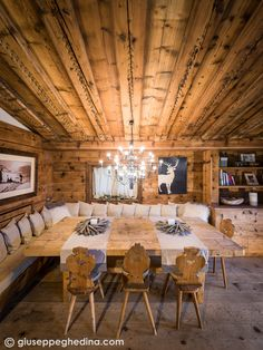 A real table! Room for family, room do food. Also note the carved rafters Chalet Interior, Luxury Interior Design, Interior Design Inspiration, Interior Design Living Room, Chalet Design, Baby Room Colors, Interior Decorating Tips, Luxury Dining Room, Cabana
