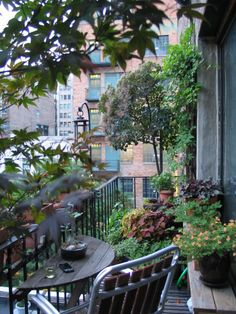 Balcony garden 416934877990785315 - Ah, the August days of summer are upon us… and while droves of us flee to the country, the lakes, or the coast as frequently as we can to escape the concrete oven, there are still many of us … Source by rbneuberg Apartment Balcony Garden, Small Balcony Garden, Backyard Garden Landscape, Balcony Plants, Apartment Balcony Decorating, Apartment Balconies, Garden Landscape Design, Balcony Gardening, Balcony Ideas