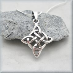 Celtic Knot Necklace Diamond Shape Irish Jewelry por BonnyJewelry