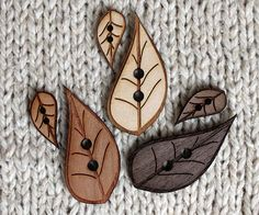 Wooden leaf buttons in 3 types of wood.