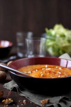 Voilà une soupe très douce par ses saveurs et par sa texture. C'est le mélange de trois légumes un peu sucrés qui donnent ce résultat : de la patate douce,