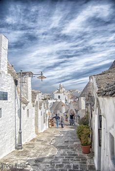 阿爾貝羅貝洛,意大利(Alberobello, Italy)  阿爾貝羅貝洛是意大利的一個小城,城內的楚利建築世界知名。據當地居民介紹,這些無柱無梁,屋頂成錐形的白色小屋異常堅固,且冬暖夏涼。