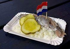 Hollandse Nieuwe (#Matjes, #Herring) mit uitjes (fein gehackte #Zwiebeln) und zuur (Gewürzgurke). Niederländische Küche. Fischgericht