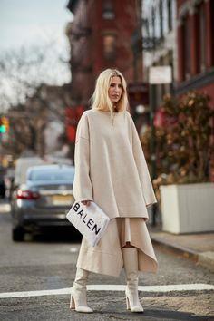 The Latest Street Style From New York Fashion Week - Herren- und Damenmode - Kleidung New York Street Style, Street Style Trends, Top Street Style, Street Style 2018, Autumn Street Style, Street Style Women, Street Styles, London Fashion Weeks, Look Fashion