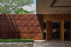 Vintage Charm Bohemian Villa in Brasilien Interior Cladding, Exterior Wall Cladding, Brick Architecture, Architecture Details, Painted Brick Exteriors, Design Exterior, Kairo, Entrance Gates, Shop Interiors