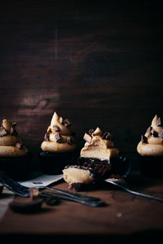 chocolate cupcakes with peanut butter frosting (Linda Lomelino) Köstliche Desserts, Delicious Desserts, Yummy Food, Mini Cakes, Cupcake Cakes, Cupcake Recipes, Dessert Recipes, Peanut Butter Frosting, Butter Cupcakes