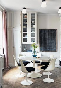 gran-cocina-estilo-nordico-sillas-y-mesa-tulip-blancas