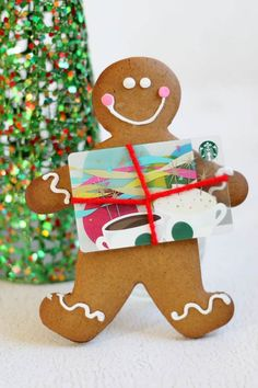 Gingerbread Cookie Gift Card Holder // Adds a bit of homemade love to Christmas gift cards. Creative Christmas Food, Easy Christmas Crafts, Christmas Desserts, Christmas Cookies, Christmas Ideas, Christmas Parties, Simple Christmas, Christmas Baking, Christmas Recipes
