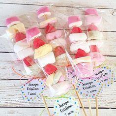 Per i 7 anni di Jacopo, spiedini dolcissimi da regalare agli amici.. Grazie alla sua dolce mamma @zeudib per aver scelto la #stanzadellemeraviglie #gift #party #marshmallow #caramelle #sweet #sweetness #bimbi #kids #instakids #partykids #instamamme