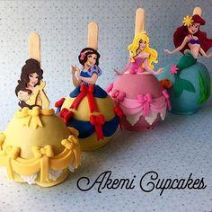Na Akemi Cupcakes você encontra as mais lindas maçãs decoradas ♥️ Escolha a princesa favorita e deixe sua festa inesquecível  Orçamentos, informações e encomendas por email: akemi.cupcakes@gmail.com