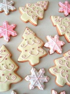 Pretty Christmas Cookies by Glorious Treats - Galletas Navidad Cute Christmas Cookies, Christmas Sweets, Christmas Cooking, Christmas Goodies, Holiday Cookies, Holiday Treats, Snowflake Cookies, Christmas Biscuits, Christmas Candy
